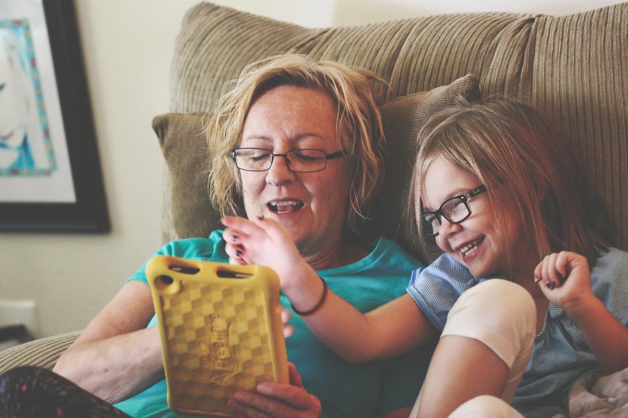 anya és lánya együtt olvas
