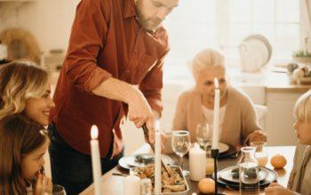 családi együttlét a karácsonyi asztalnál