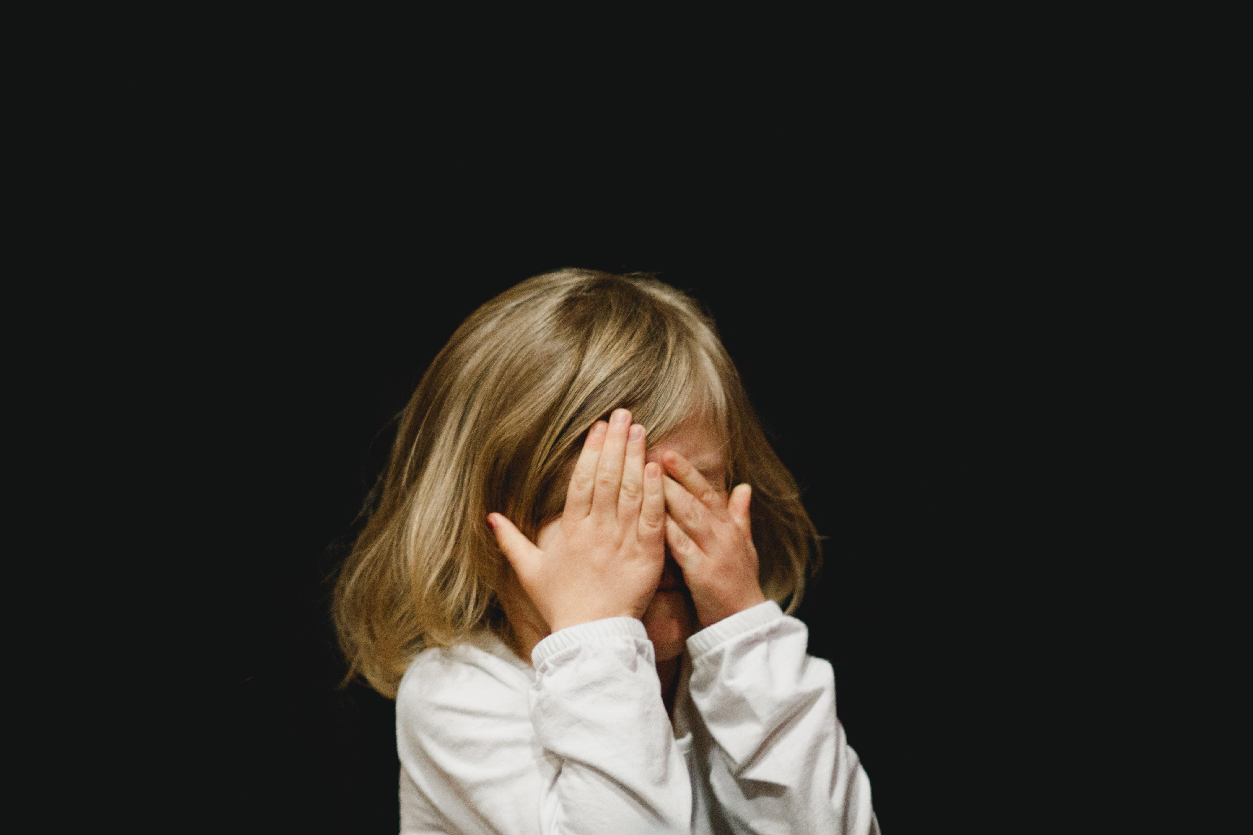 kislány nem akarja látni a képernyőt